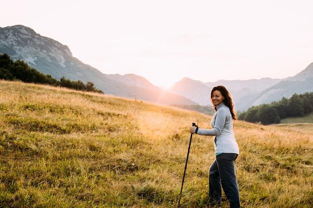 Al aire libre retrato de mujer hermosa feliz senderismo