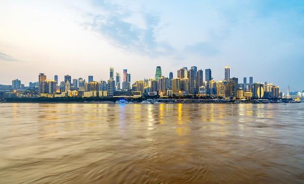 Al atardecer, hermoso horizonte de la ciudad, chongqing, china