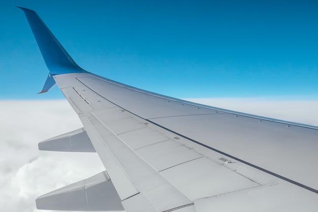 Un ala de un avión de pasajeros moderno sobre las nubes. transporte de carga internacional, transporte aéreo, transporte. copie el espacio.