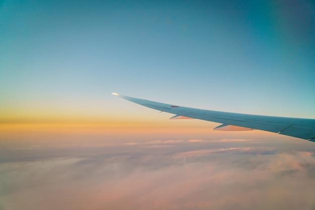 Ala de un avión volando por encima de las nubes