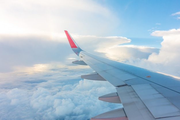 Ala de un avión volando sobre las nubes