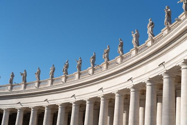 Ala izquierda de la columnata y estatuas de san pedro en la ciudad del vaticano