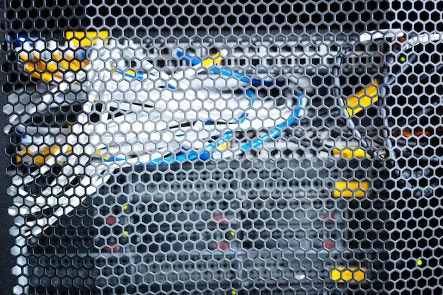 Alambres de colores. cables de colores importantes para las telecomunicaciones en un centro de datos