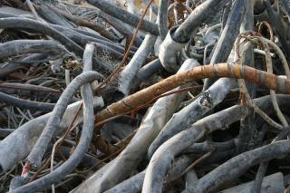 Alambres oxidados y cables