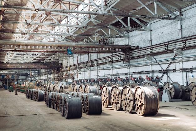 Alambrón, guarniciones en almacenes. almacén industrial en la planta metalúrgica.