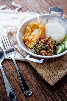 Albahaca frita y arroz.