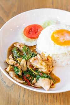 Albahaca pollo frito y huevo frito con arroz