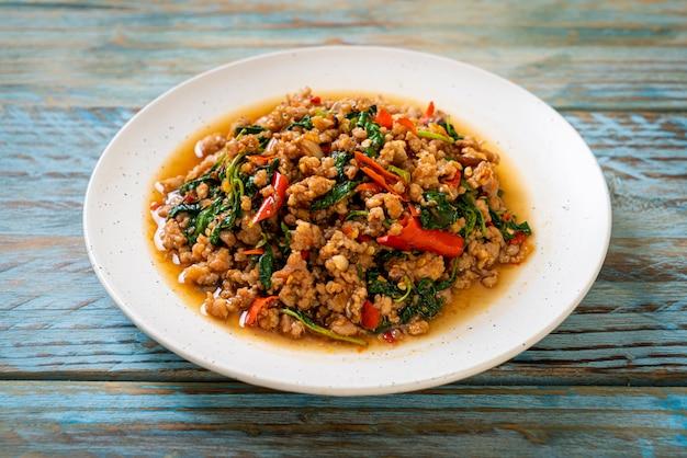 Albahaca tailandesa frita con carne de cerdo picada