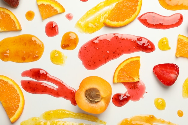 Albaricoque, fresa, naranja y mermeladas en blanco