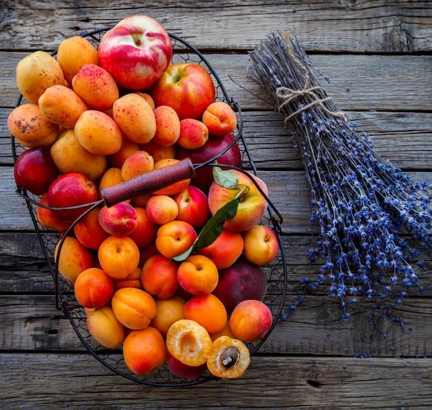 Albaricoques, frutas en una canasta de metal