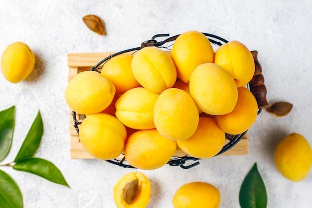 Albaricoques orgánicos frescos, frutas de verano, vista superior