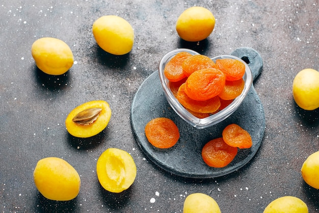 Albaricoques secos con jugosas frutas frescas de albaricoque, vista superior