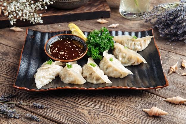 Albóndigas japonesas salsa gedza en la mesa de madera