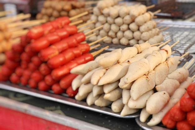 Albóndigas a la parrilla y salchichas en comida de la calle