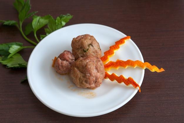 Albóndigas con perejil en un plato