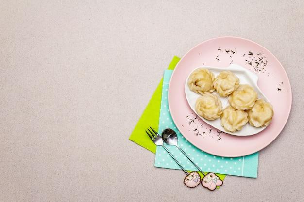 Albóndigas de pescado. el concepto de comida saludable para niños. cubiertos para niños,