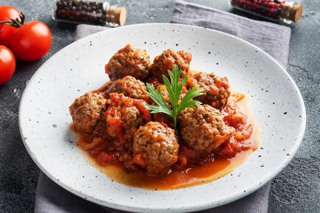 Albóndigas de ternera guisadas en salsa de tomate en un plato