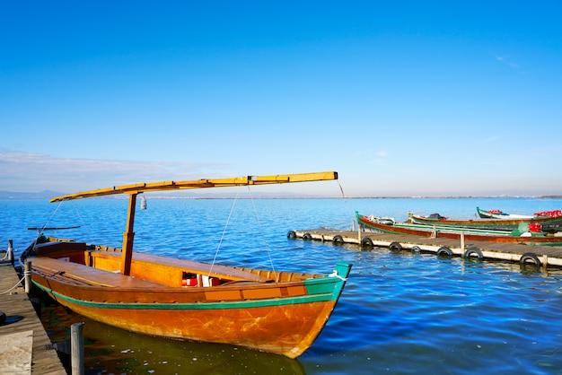 Albufera de barcas valencianas en el lago.