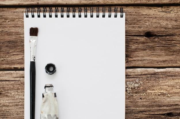 Álbum en blanco con herramientas de dibujo