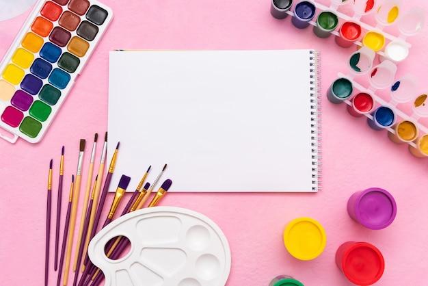 Un álbum para dibujar con pinceles y pinturas.