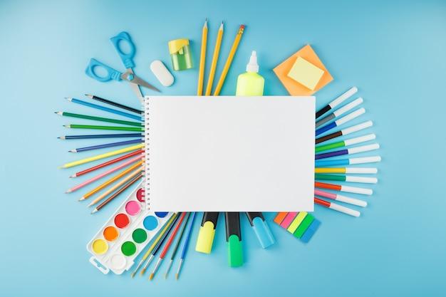 Álbum de dibujo y creatividad para la escuela con papelería
