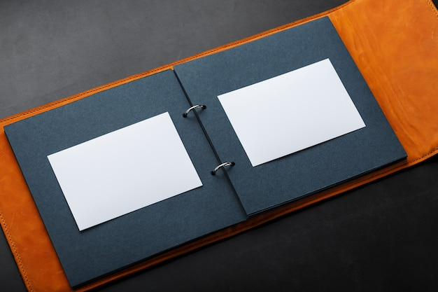Álbum con espacio vacío para fotos, espacio libre en papel fotográfico con páginas oscuras.