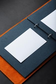 Álbum de fotos con espacio vacío para fotos, marcos blancos sobre papel negro.