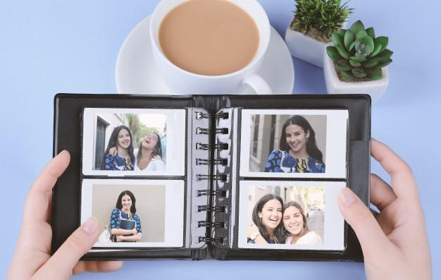 Álbum de fotos con fotos instantáneas de jóvenes amigos latinos.