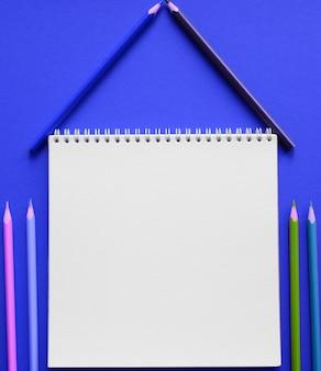 Álbum y lápices de colores sobre la mesa. concepto de creatividad.