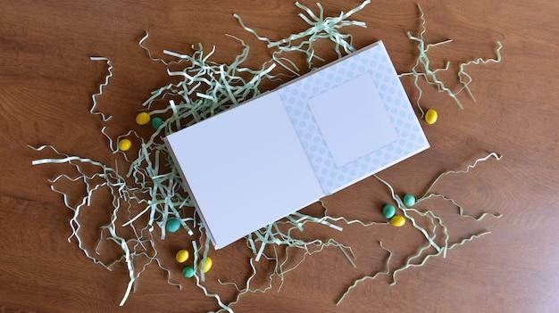 El álbum o libro de muestra de la vista superior está sobre la mesa junto a las decoraciones navideñas.