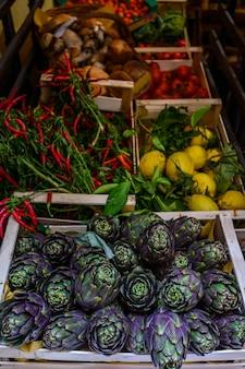 Alcachofa biológica, natural cultivada, en un mostrador del mercado. verduras del mercado de agricultores. productos ecologicos.