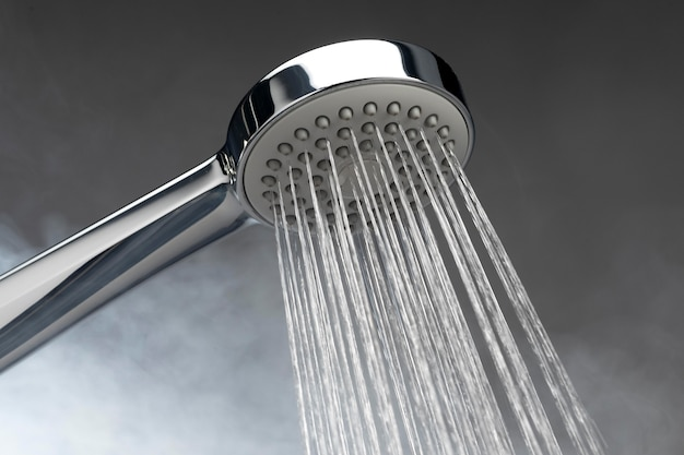 Alcachofa de ducha con agua caliente