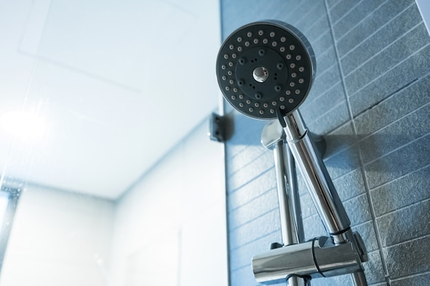 Alcachofa de la ducha. detalles del cuarto de baño.