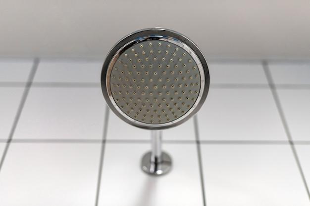 Alcachofa de la ducha. el suministro de agua está apagado