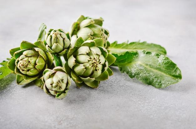 Alcachofas orgánicas frescas.