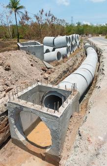 Alcantarilla de drenaje de hormigón y fila de línea de tubería de hormigón en un sitio de construcción