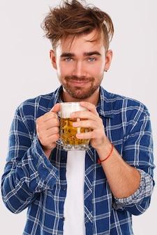 Alcohol. chico de camisa azul con cerveza