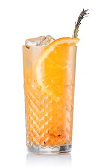 Alcohol coctel con zumo de naranja y frutas aisladas.
