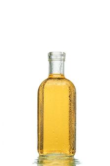 Alcohol fuerte en una botella transparente.