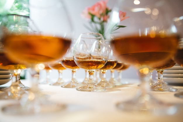 El alcohol está listo para la mesa festiva.