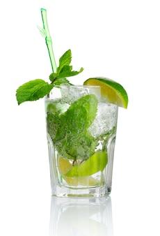 Alcohol mojito cocktail con menta fresca aislado