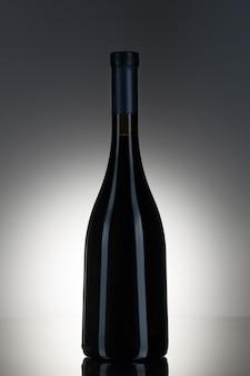 Alcohol oscuro en una botella de vidrio.