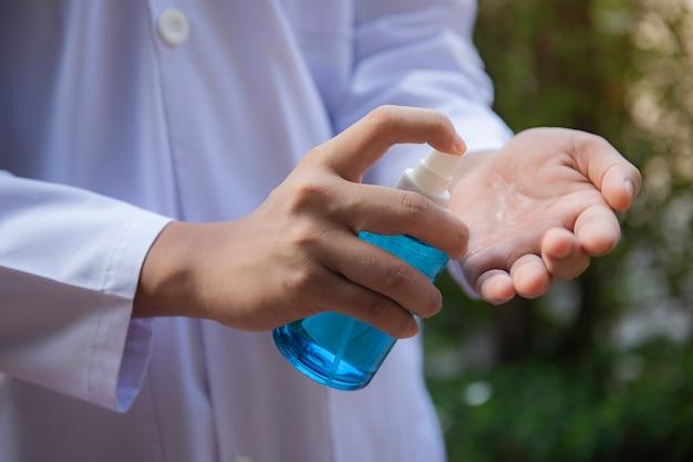 Alcohol que se inyecta en las manos concepto de salud y saneamiento
