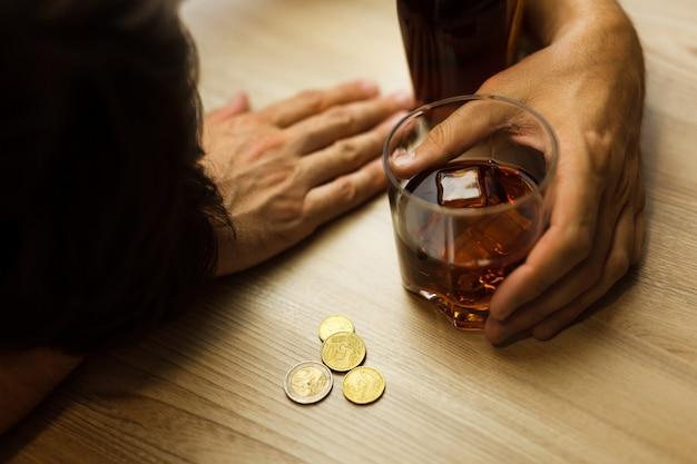 Alcoholismo y depresión por pérdida de trabajo.