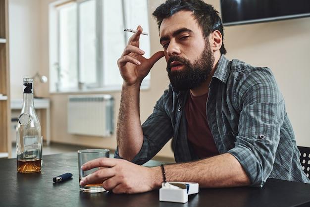 El alcoholismo es un ladrón de la salud, la cordura mental y la dignidad humana, el abuso del alcohol, el borracho.