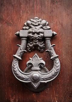 Aldaba de puerta antigua de metal