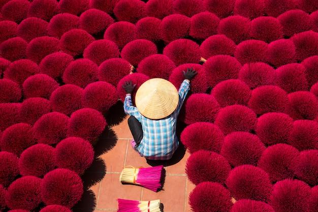 La aldea de incienso de vietnam se prepara para las celebraciones de año nuevo