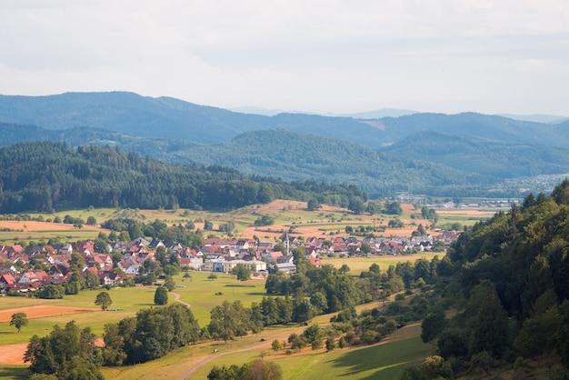 Aldea en las montañas. pequeño pueblo alemán rodeado de montañas schwarzwald