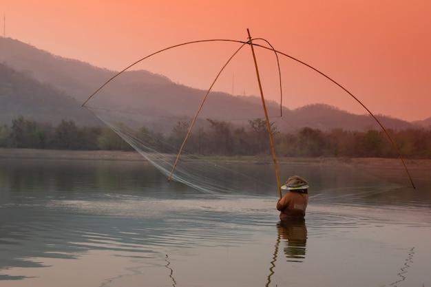 Los aldeanos están atrapando peces por trampa de peces (trampa de red)
