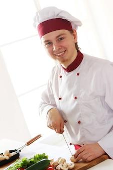 Alegre chef en la cocina